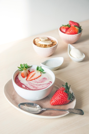 strawberrycreamsmoothiebowl2